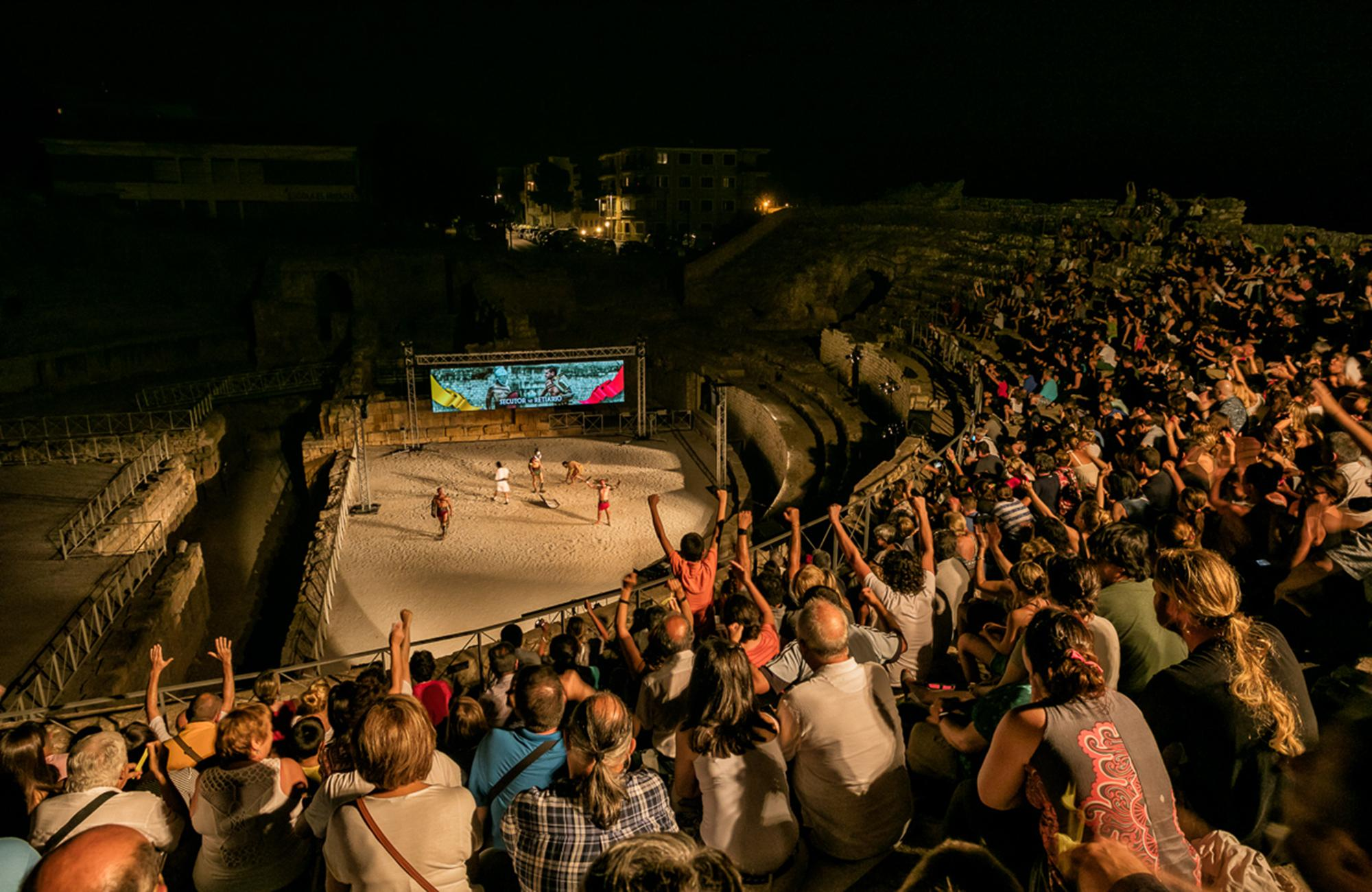 Tarragona's visitors experience the city's Roman past with historical re-enactments. Relive the gladiatorial battles in the Amphitheatre through the use of the latest technology. – © Rafael López-Monné / Tarragona Turisme