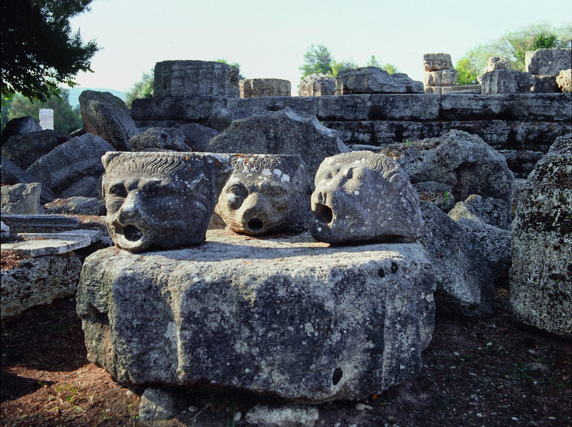 De l'eau jaillissait autrefois de ces têtes de lion en marbre dans l'impressionnant Temple de Zeus. - © Ministère Hellénique de la Culture et des Sports / Ephorat des Antiquités d'Ilia