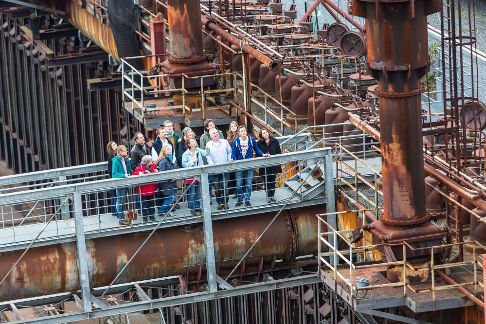 Le ZOLLVEREIN® Monument Path propose des visites guidées de la mine de charbon et de la cokerie tout au long de l'année. En moyenne, 150 000 visiteurs par an participent aux visites guidées et explorent le site du patrimoine mondial de l'UNESCO. – © Jochen Tack / Zollverein Foundation