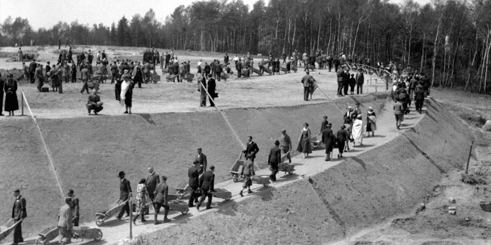 Residents of Kraków and the neighbouring areas willingly took part in the building of Piłsudski Mound in the 1930s as an expression of patriotism and joy related to their newly-regained independence. – © Narodowe Archiwum Cyfrowe