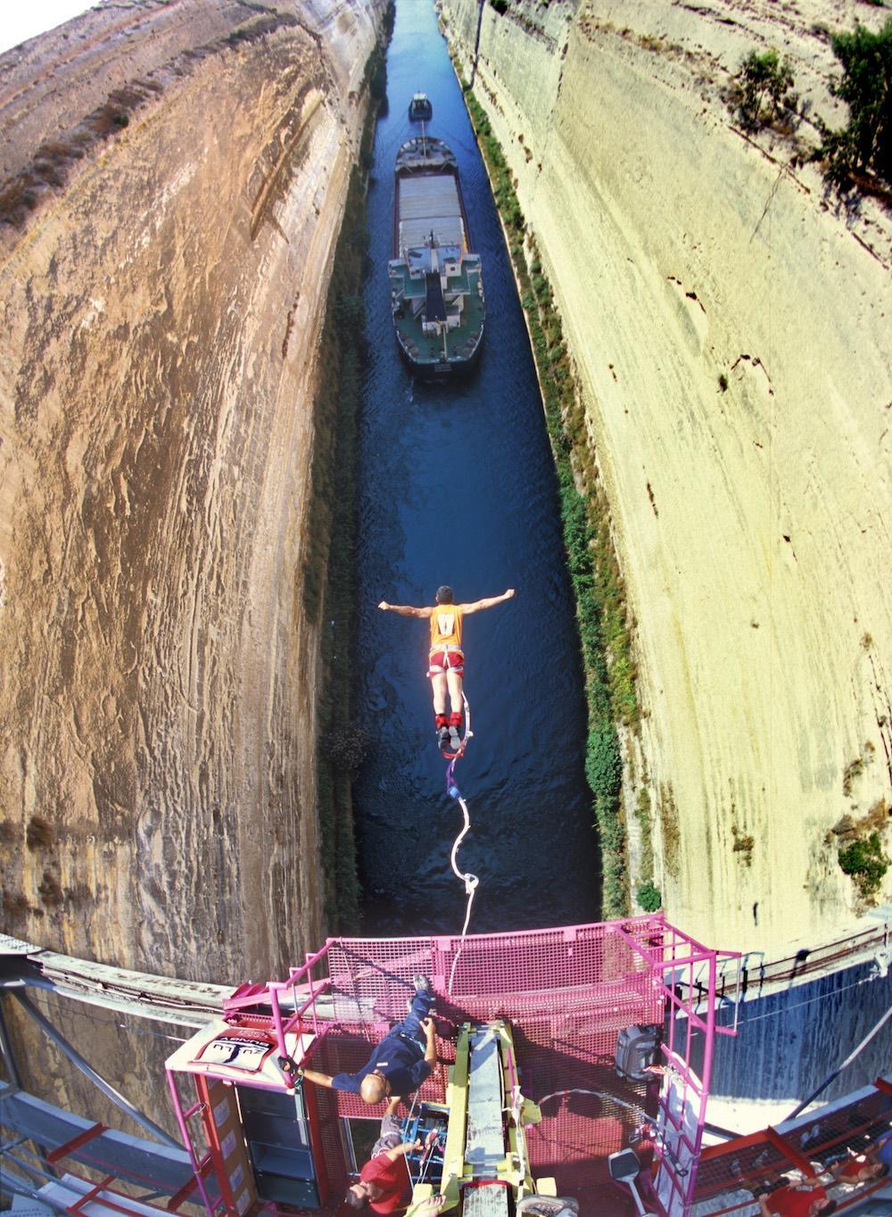Vivez l'incroyable sensation de sauter dans le canal historique de l'Isthme. – © www.enjoycorinthia.gr