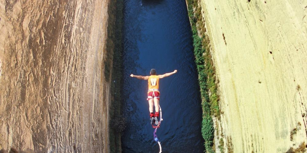 Vivez l'incroyable sensation de sauter dans le canal historique de l'Isthme – © www.enjoycorinthia.gr