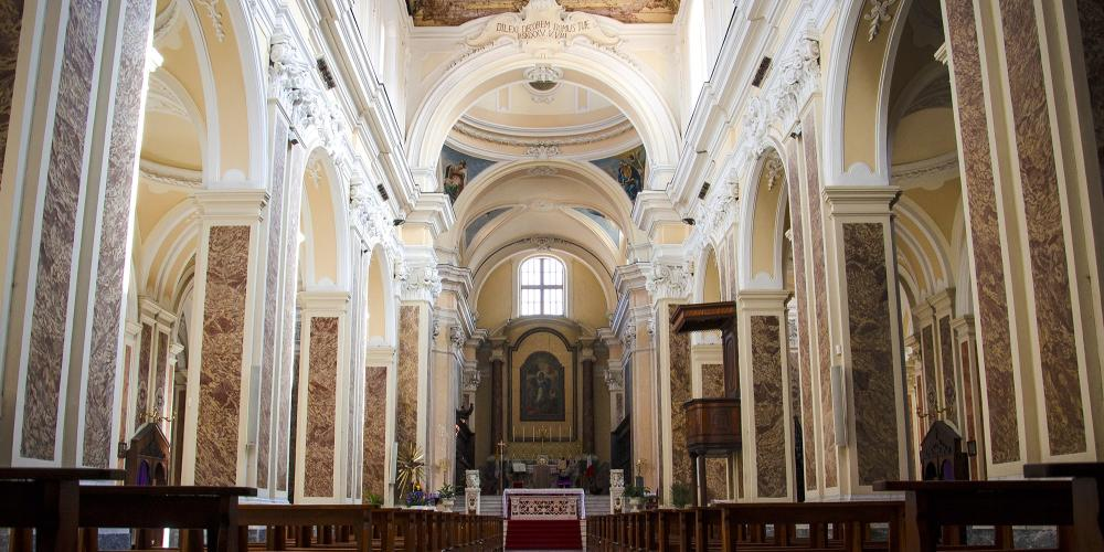 Interior of the Cathedral with the central nave. – © Paola Salvetti