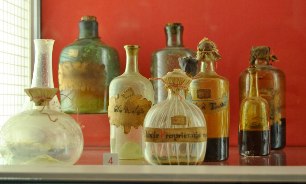 Some of the original crystal jars from the Spezieria di Santa Fina used to conserve the natural ingredients and medicaments. Some of the ingredients are quite singular as Dragon Blood! You can use them during the workshop. – © Andrea Miserocchi / Italian Stories