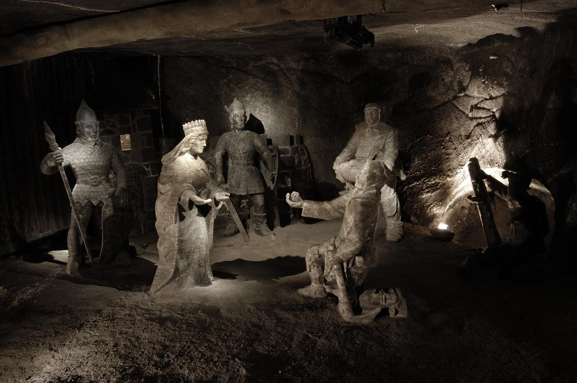 La légende de St. Kinga est illustrée par un groupe de sculptures situé dans la salle de Janowice dans la mine de sel de Wieliczka.  – © Artur Grzybowski