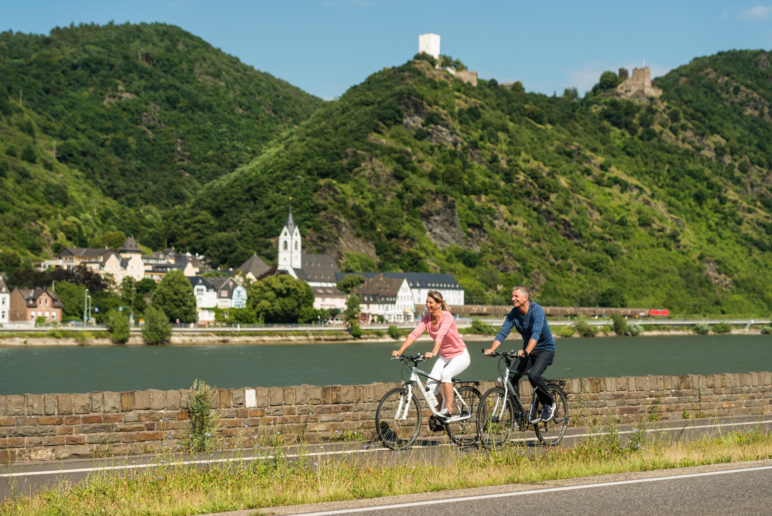"Cycling past the Bornhofen pilgrimage monastery and the Liebenstein and Sterrenberg Castles—known as the ""Feuding Brothers."" – © Dominik Ketz / Romantischer Rhein Tourismus GmbH"