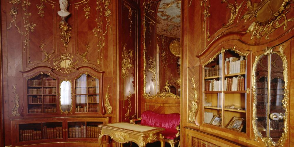 This exquisite, cedar-paneled Library, itself a work of art, was the private sanctuary of Frederick the Great. – © L.Seidel/SPSG