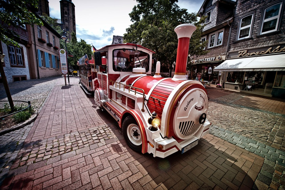 Sit back and relax in the choo-choo train. If you don´t want to walk around the whole town, the choo-choo train is a good alternative to get around Goslar quickly. – © Stefan Schiefer / GOSLAR marketing gmbh