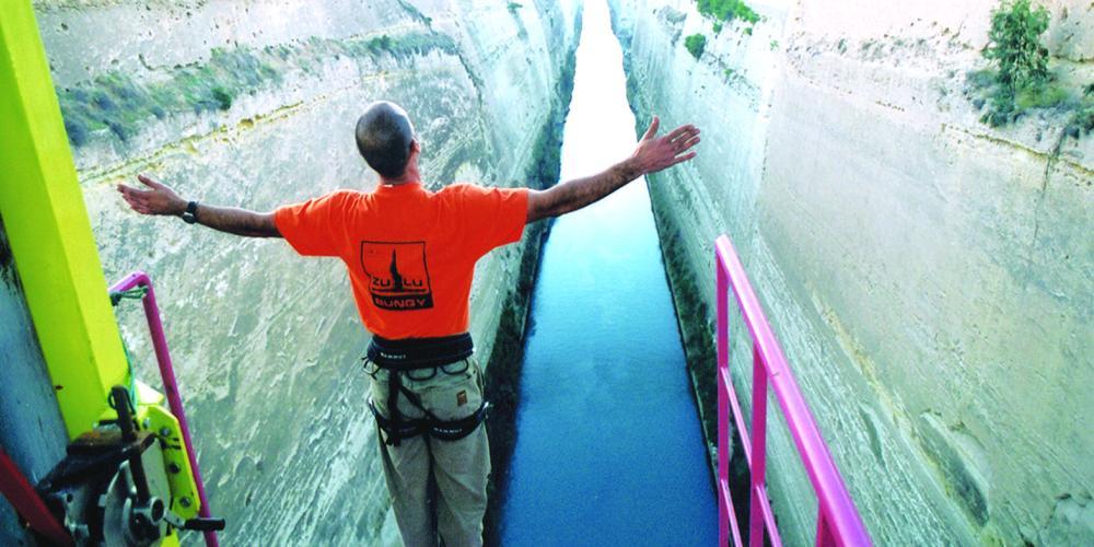 Profitez de l'expérience unique de sauter dans le magnifique canal de l'Isthme de Corinthe – © www.enjoycorinthia.gr