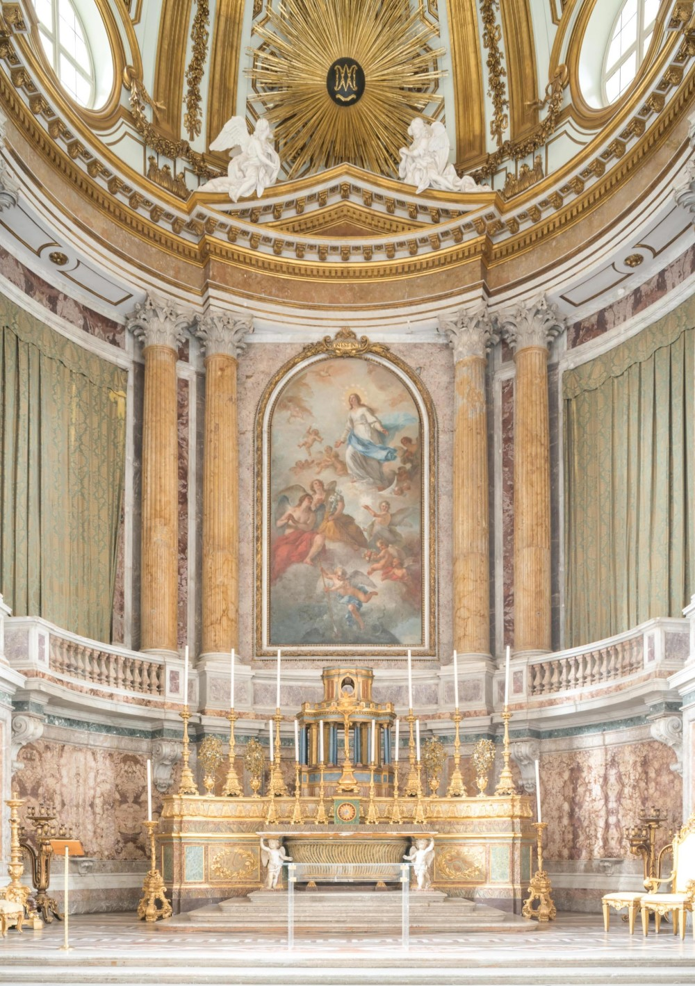 The Palatina Chapel, designed by Vanvitelli, decorations and all, exemplifies the the influence of Versailles. – © Mariano De Angelis