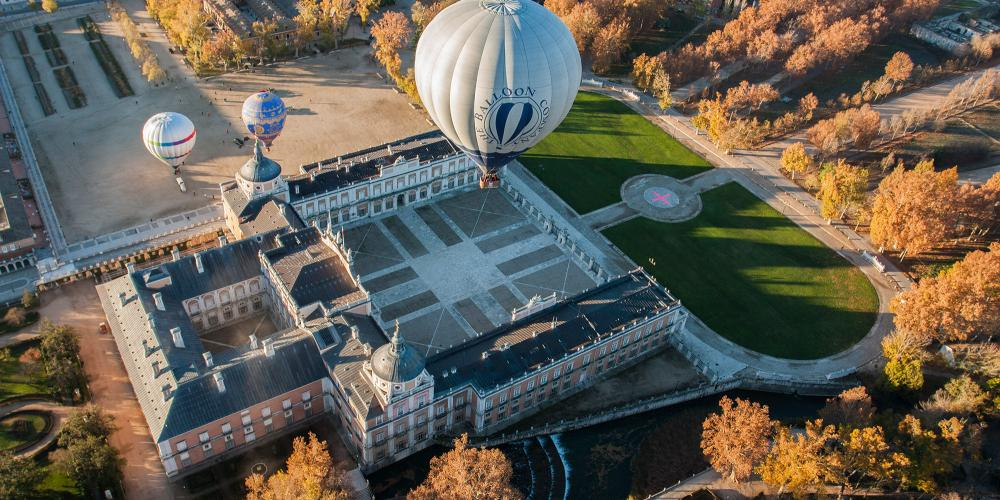 The Royal Palace of Aranjuez and its surrounding gardens can be viewed from tethered hot air baloons. – © Antonio Castillo López