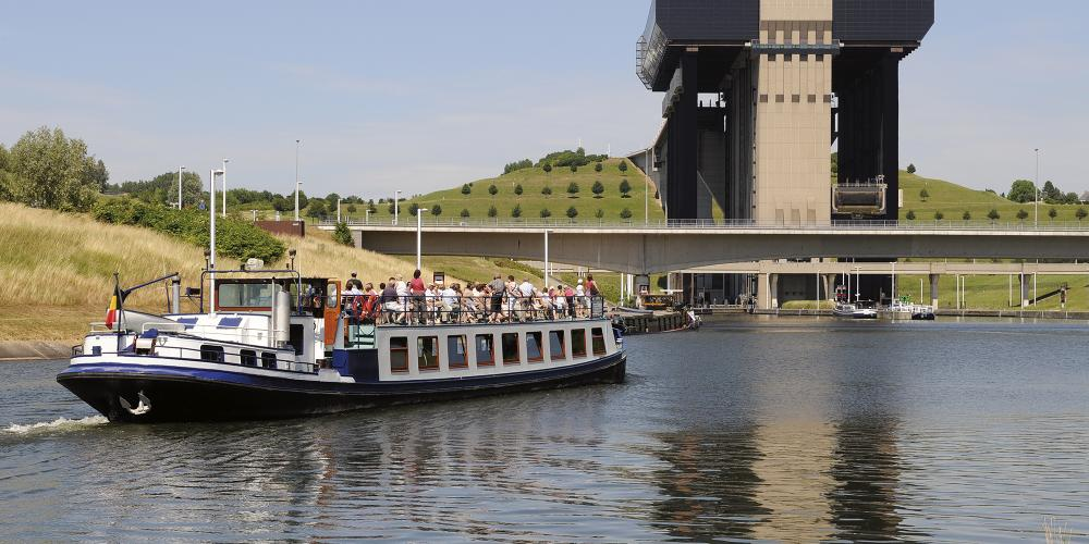 Experience crossing the funicular boatlift on board a barge and sailing into the concrete and steel giant. – © voiesdeau.hainaut.be