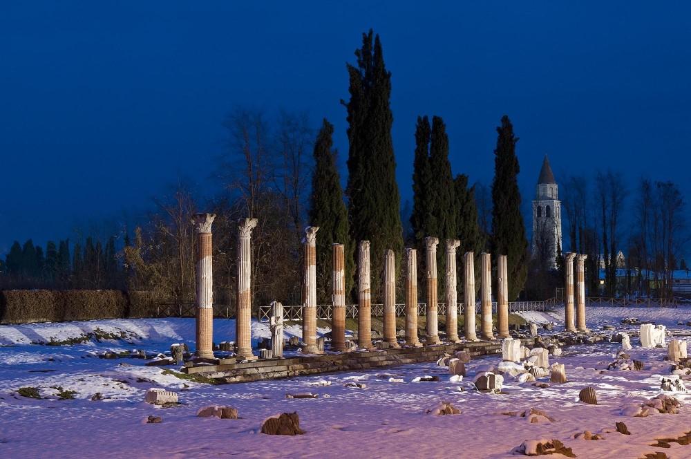 Le forum romain, datant du Ie siècle après J.C., est magnifique tout au long de l'année, même sous la neige, qui masque la cour pavée. – © Gianluca Baronchelli