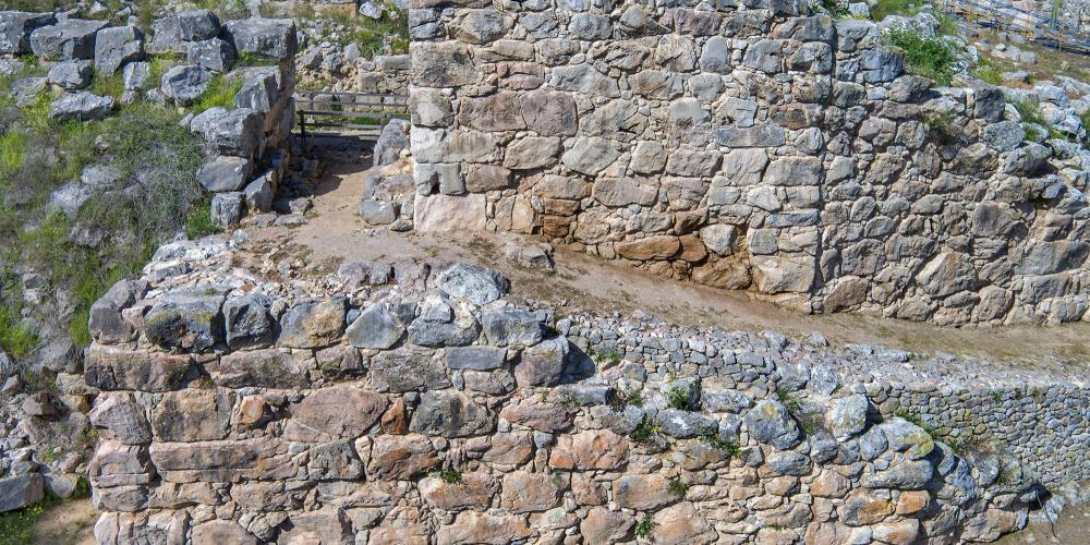 View ofGreat Ramp and the tower that comprise the impressive entrance to the citadel of Tiryns. – © Hellenic Ministry of Culture and Sports / Ephorate of Antiquities of Argolida