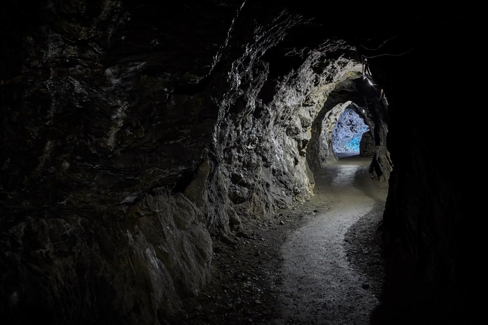 Les tunnels étroits, creusés à même la montagne avec des outils rudimentaires tels que marteaux et burins, donnent une idée de la dureté du travail des mineurs. – © Stefan Sobotta