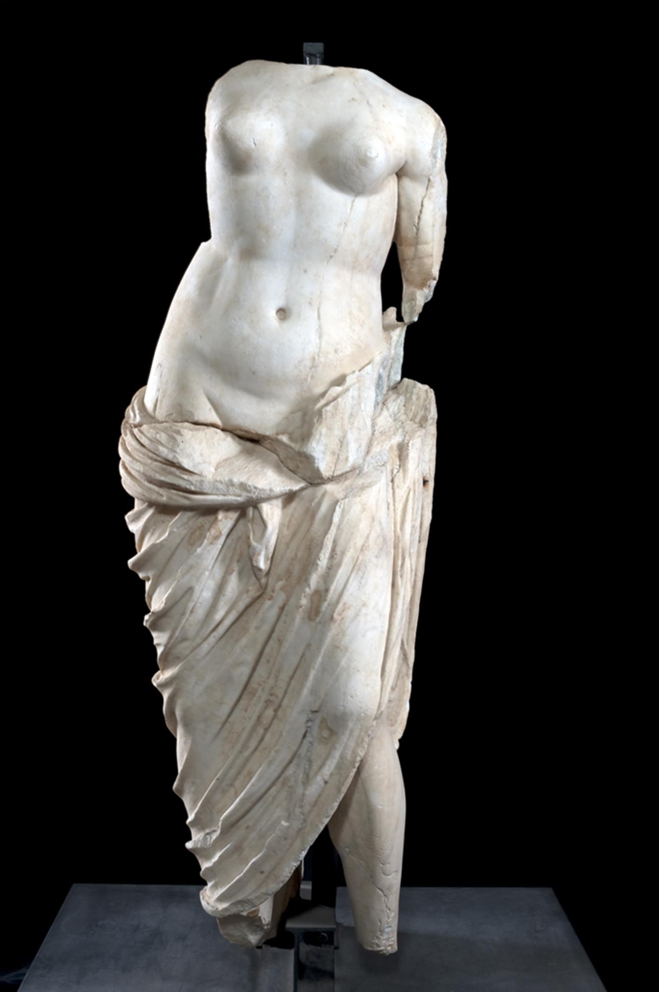 The Statue of Venus in Pentelic Marble (1st century A.D.) from the Roman Theatre of Teanum Sidicinum. – © Teano