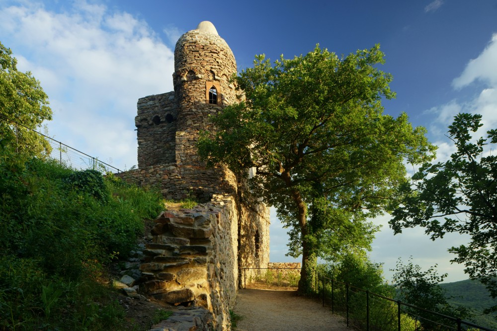 The Rossel is an artificial ruin, one of the earliest of its kind in Germany. It is situated at the highest point of Ostein's Niederwald. – © Kilian Schönberger / Staatl. Schlösser und Gärten Hessen