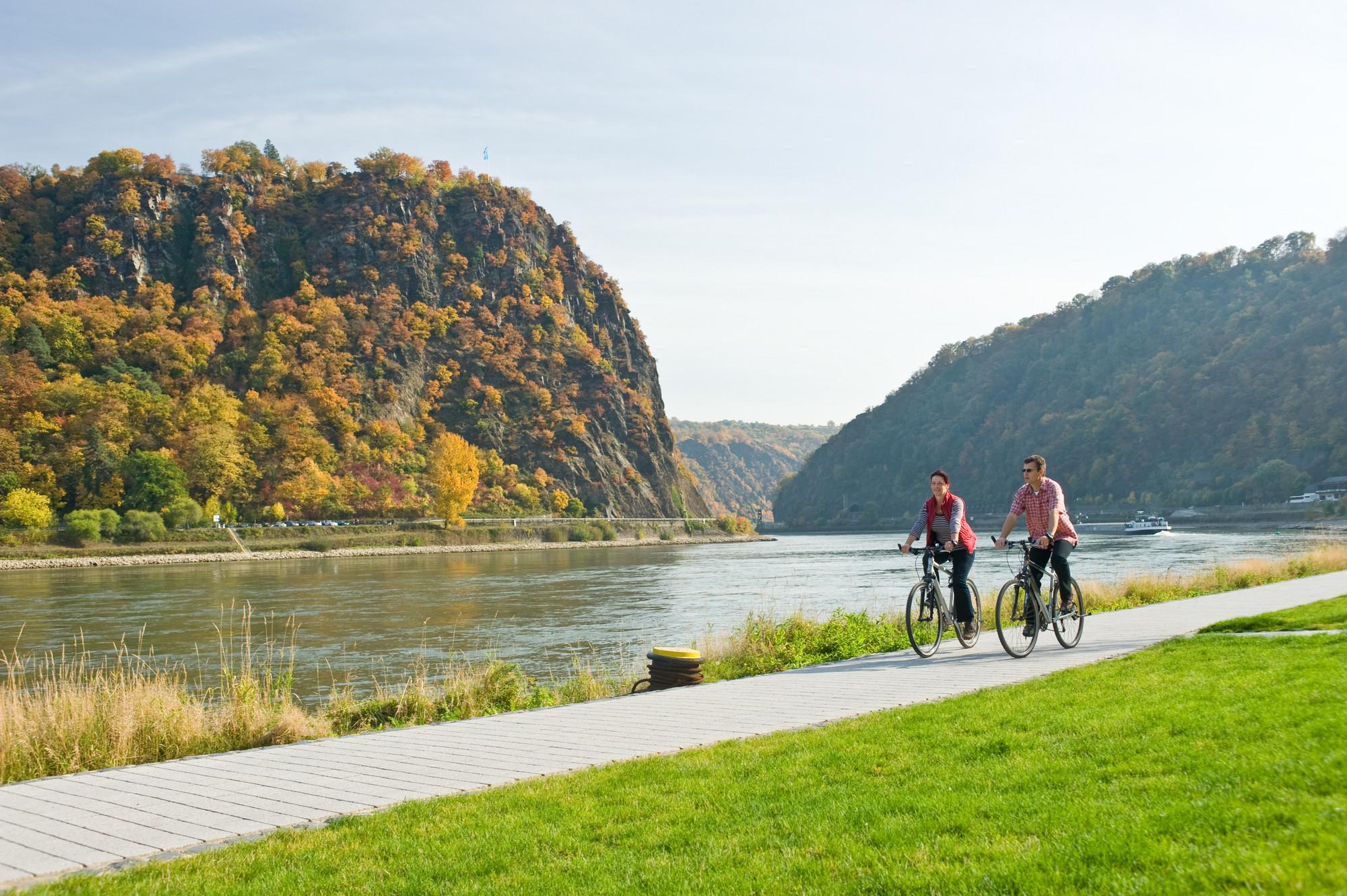 Following the river, the Rhine Cycle Route passes the Loreley Rock. – © Dominik Ketz / Romantischer Rhein Tourismus GmbH