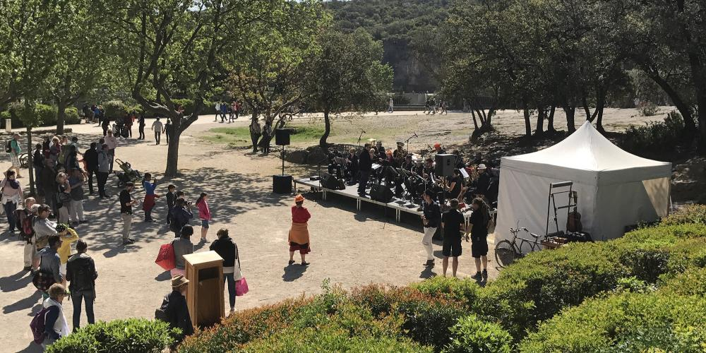 "A farmers' market and a music scene settle for two days on the Pont du Gard for the Festival ""Garrigue en Fête"". – © EPCC Pont du Gard"