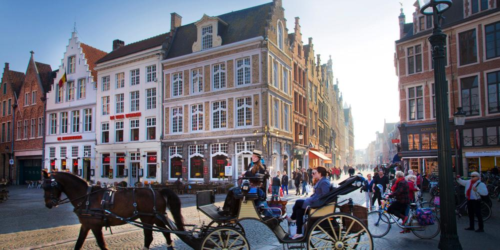 There is more than one way to get around the Market Square. A horse-drawn carriage is a classic choice. – © Jan D'Hondt / VisitBruges
