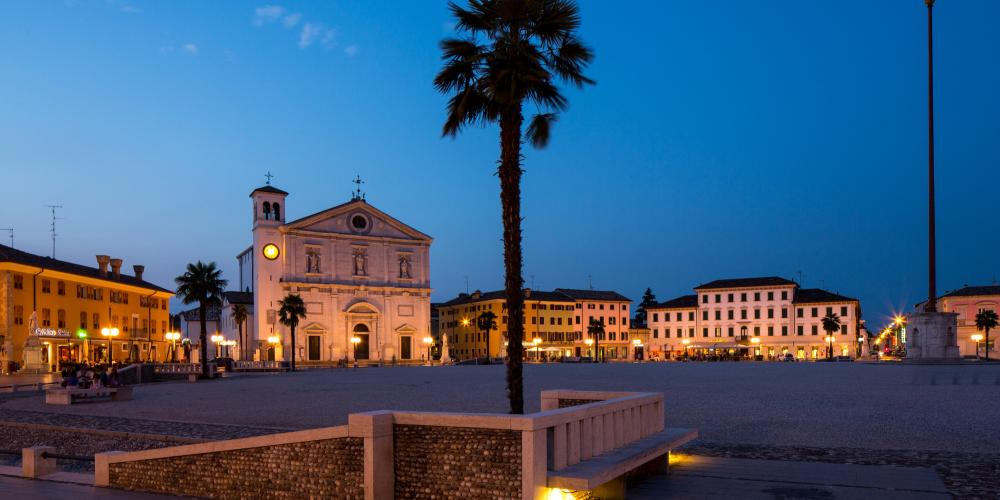 Evening view of Piazza Grande, the main plaza in the center of Palmanova. – © Massimo Crivellari / Archive PromoTurismoFVG