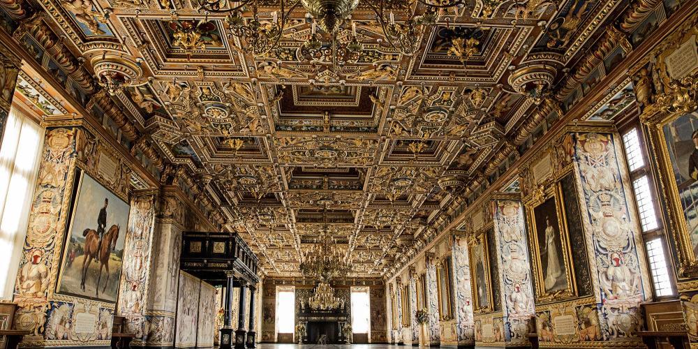 La grande salle, complètement détruite par le feu en 1859, fut vite restaurée grâce à des peintures architecturales, des croquis et ce qui restait de la pièce. – © Mew / The Museum of National History at Frederiksborg Castle