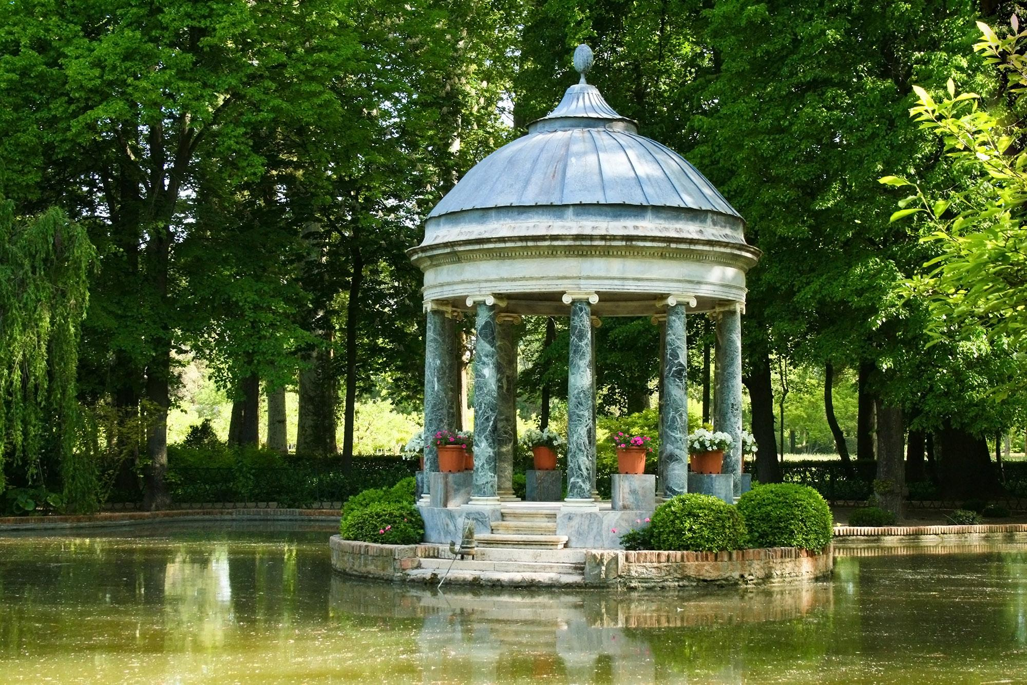 The Greek Pavilion in the Chinese Pond of the Prince's Garden was built by Juan de Villanueva in the 18th century. It features a series of Ionic columns supporting a roof crowned with a bronze pineapple.  – © TalyaPhoto / Shutterstock