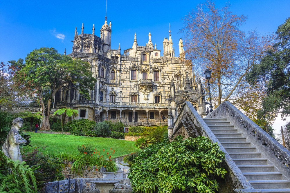 Le palais au cœur de la Quinta de Regaleira, qui semble une extension naturelle du sol, incorpore de nombreux styles de périodes diverses. – © leoks / Shutterstock