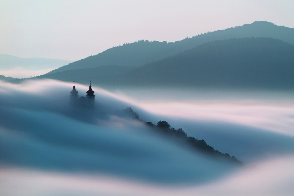 Les nuages confèrent une atmosphère mystérieuse à l'architecture baroque du Calvaire. – © TTstudio / Shutterstock