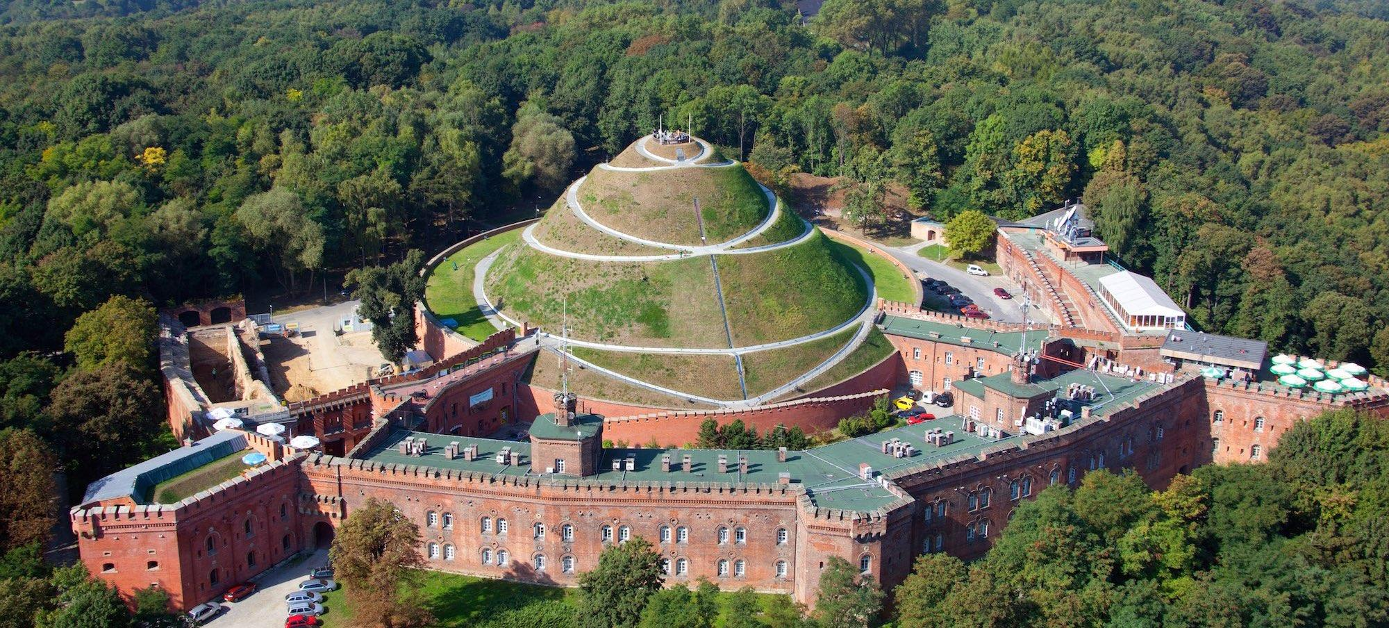 Tadeusz Kościuszko Mound features multiple attractions: a walking path and a magnificent panorama, a huge fortress, interesting temporary exhibitions, and a hotel, cafés, and restaurants. – © Paweł Krawczyk