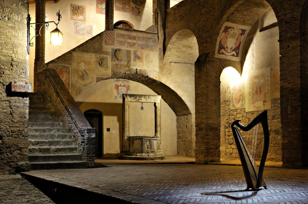 The court in the Town Hall is full of history and the symbols from past noble families. – © Duccio Nacci