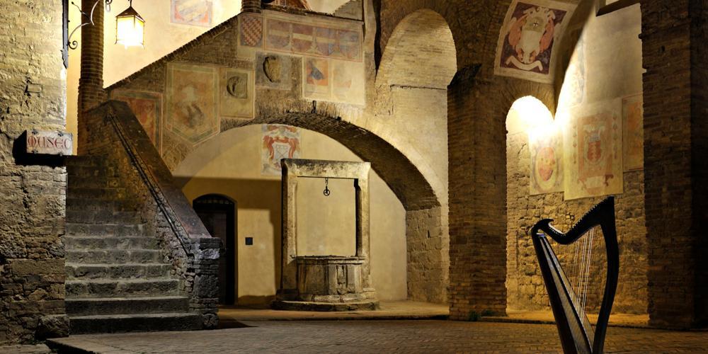 La cour de l'Hôtel de Ville est riche d'histoire et de symboles des anciennes familles nobles. – © Duccio Nacci