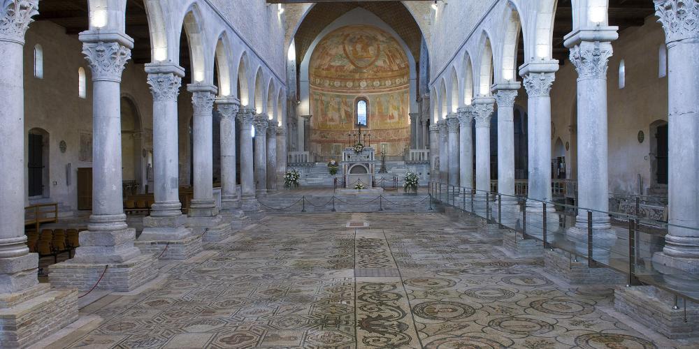 长方形教堂是阿奎拉最重要的基督教建筑,以公元4世纪留下的精美绝伦的马赛克镶嵌画闻名于世。 – © Gianluca Baronchelli