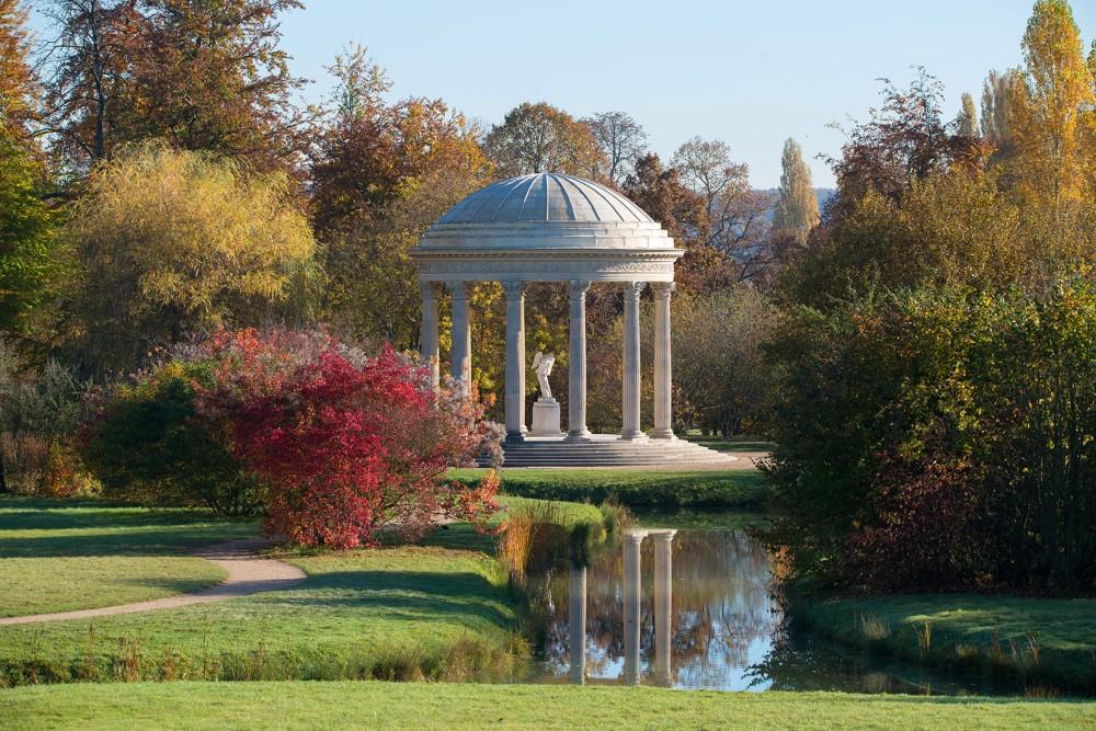 Lorsqu'elle prit possession du Petit Trianon en 1774, Marie-Antoinette entreprit de remodeler complètement ses jardins. Les jardins botaniques de Louis XV furent remplacés par un vaste jardin anglo-oriental, plus en accord avec les goûts du moment. La reine décida délibérément de limiter le nombre de bâtiments, tels que le monument de l'amour. – © Thomas Garnier
