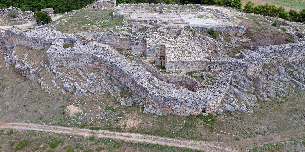 Aerial view ofthe palaceand the great courtyard of theuppercitadel of Tiryns, with 8 metre thick walls, which legends say were constructed by Cyclops – © Hellenic Ministry of Culture and Sports / Ephorate of Antiquities of Argolida
