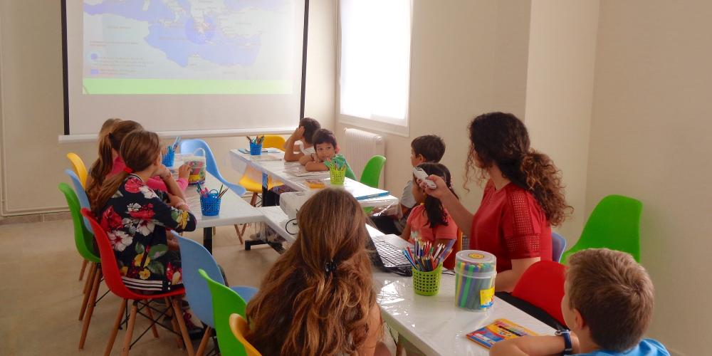 Watching a presentation about the Olympic Games with little archaeologists! – © Dig it