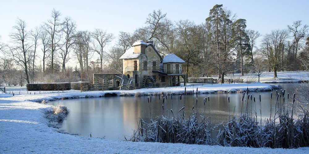 Le moulin du Hameau de la Reine borde un lac artificiel. Sa roue est purement décorative. – © Thomas Garnier