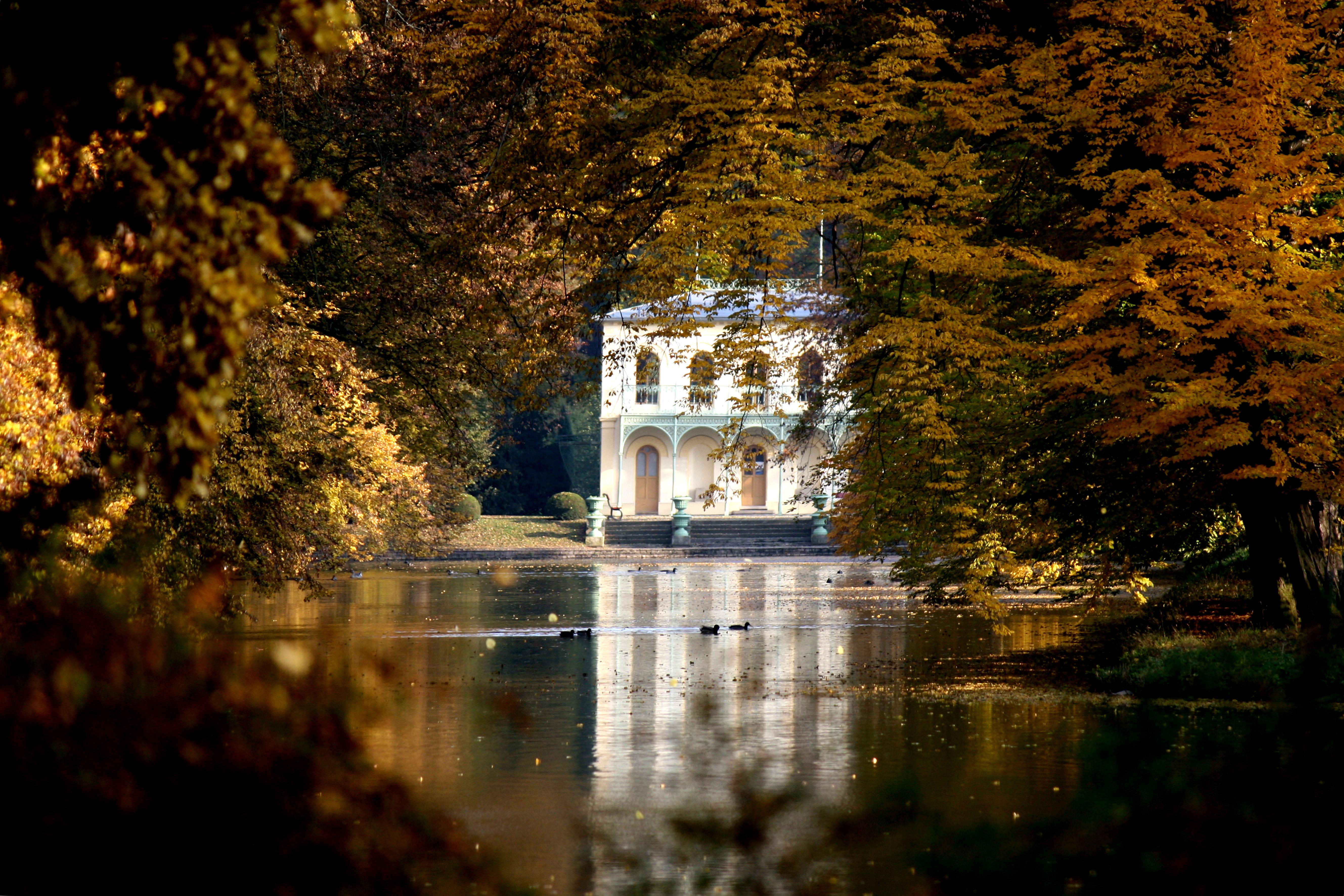 The Long Pond with the Fishermen's Pavilion are two Romantic adaptations of the Castle Garden from the time of Archbishop Maxmilian Sommerau-Beckh. – © Stanislav Domanský