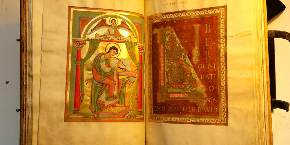 """The brilliantly designed """"Evangeliar Codex Caesareus Upsaliensis"""" is the central point of the exhibition at the imperial palace in Goslar. – © GOSLAR marketing gmbh"""
