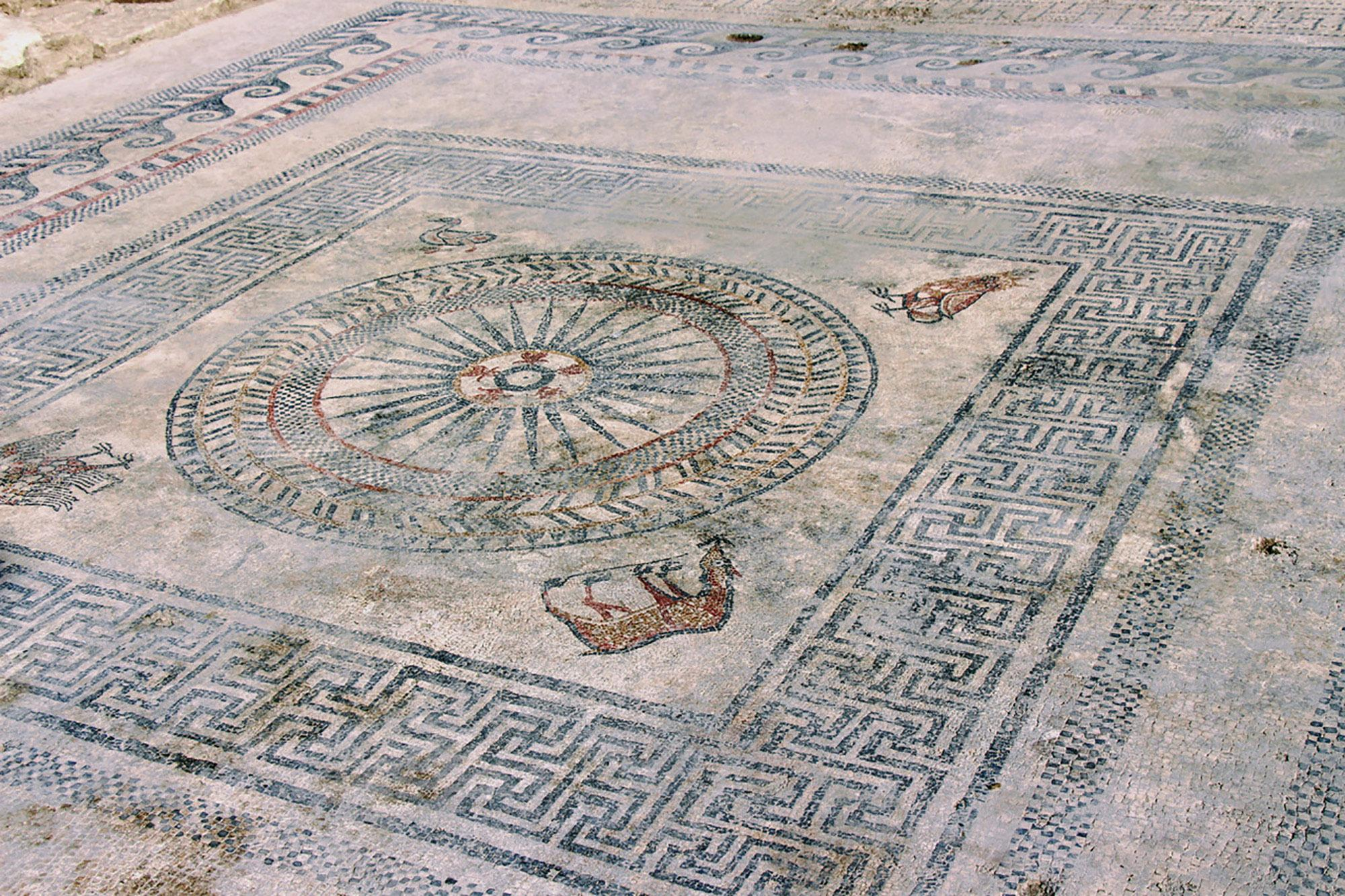 Central motif from Roman mosaic discovered in Uzès (second half of 1st century BC) uncovered in 2017 by researchers from INRAP (French National Institute for Preventive Archaeological Research) – © City of Uzès