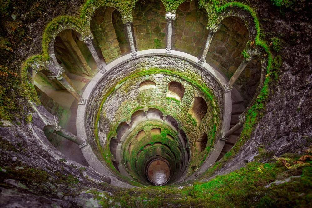 Les tunnels qui mènent au puits initiatique de la Quinta de Regaleira montrent bien aux visiteurs que Sintra est pleine d'imagination aussi bien au-dessus du sol que sous terre. – © LALS STOCK / Shutterstock