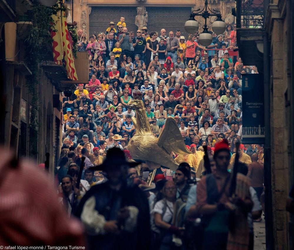 Le festival de la ville, Santa Tecla, est un mélange de traditions, de danses, de tours humaines, de défilés nocturnes, de bêtes mythologiques, de festins médiévaux et de « danses parlées ». – © Rafael López-Monné