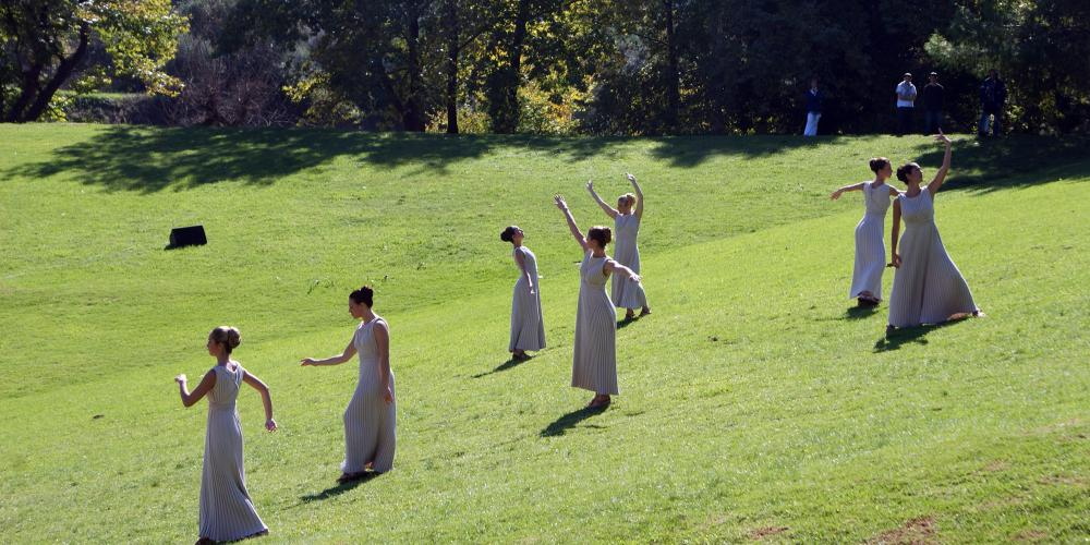 Priestesses during the Ceremony of the Lighting of the Olympic Flame, performing on the slope of the Stadium. – © Hellenic Ministry of Culture and Sports / Ephorate of Antiquities of Ilia