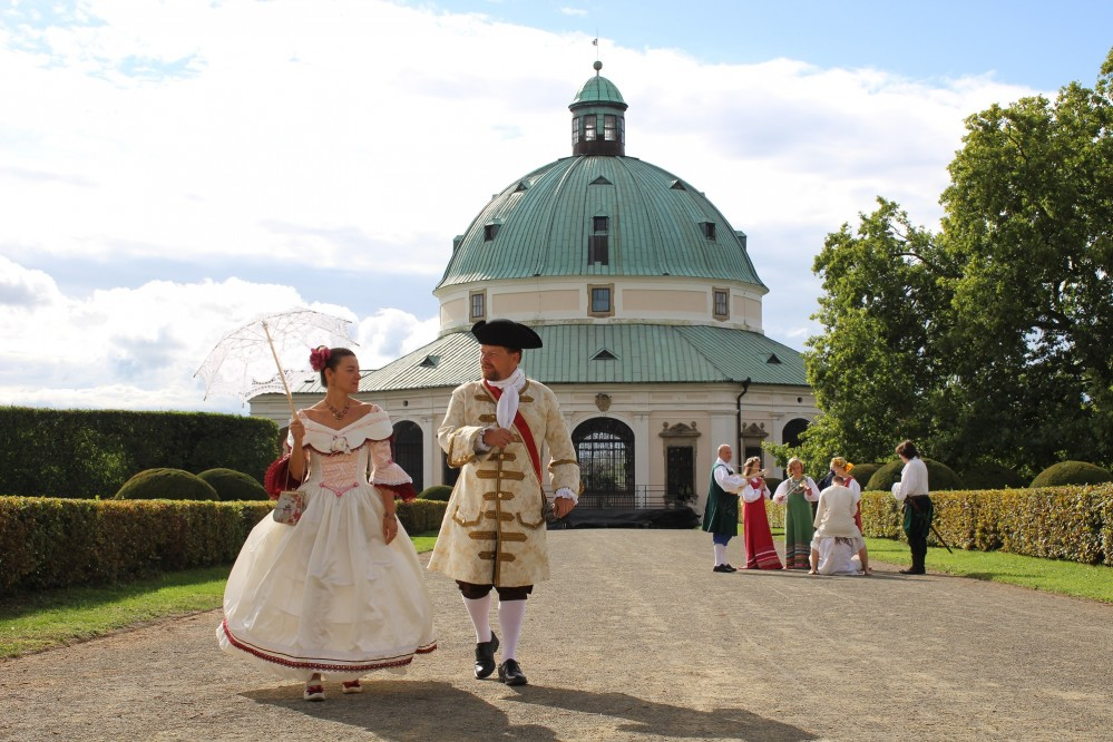 During both days of the Hortus Magicus festival, you can meet visitors and performers wearing historical costumes everywhere. – © Archive of Chateau and Gardens