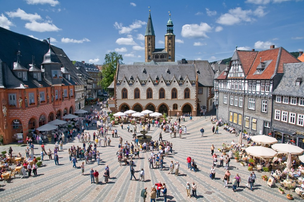 "Goslar is always buzzing with activity. Pictured: the Market square, town hall, and market church ""St. Cosmas and Damian,"" which was built during the 11th century. – © Stefan Schiefer / GOSLAR marketing gmbh"