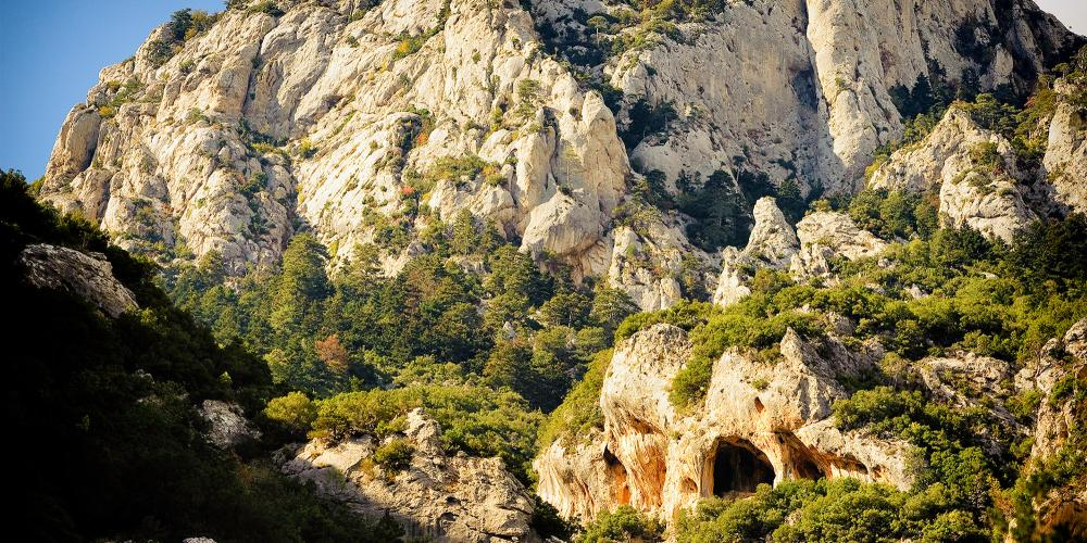 The crag of Lagada is hidden within the forests of majestic Mt Taygetus. – © X. Tsipokas
