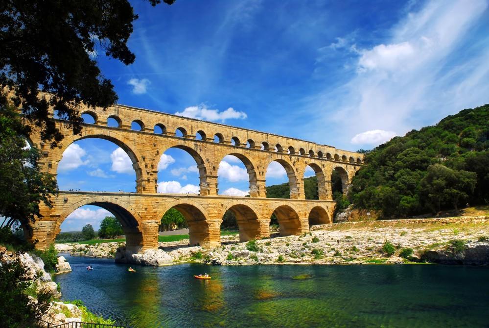 Le pont du Gard fait partie d'un aqueduc romain dans le sud de la France près de Nîmes. – © Elena Elisseeva / Shutterstock