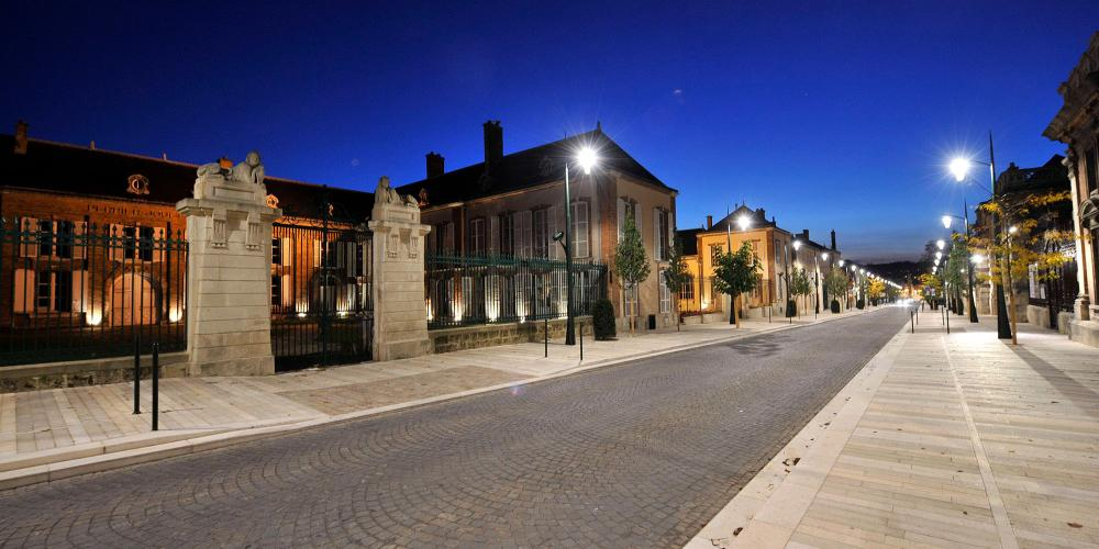 Tours and tastings at the Champagne houses are a daytime affair, as evidenced by the Avenue de Champagne in Epernay at night. – © Michel Jolyot