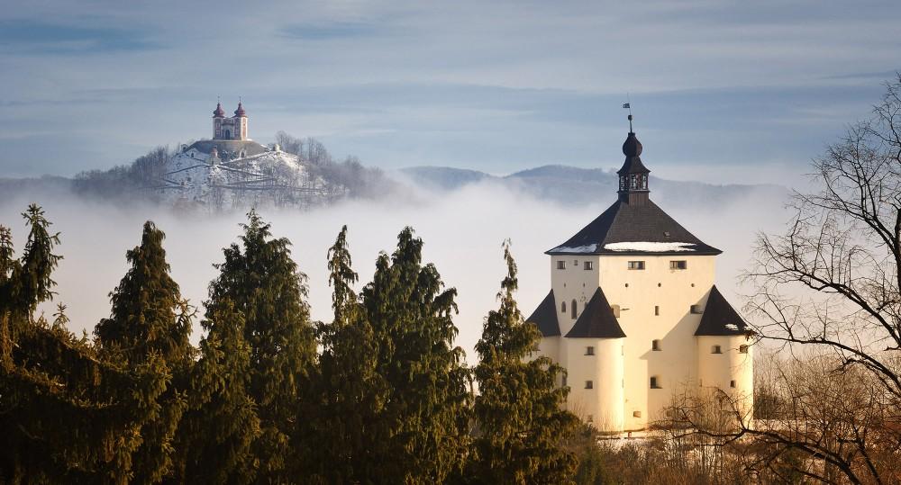 Les opportunités de faire de belles photos ne manquent pas à Banská Štiavnica, en Slovaquie, comme celle-ci qui représente le Château Neuf et le Calvaire. – © Maran Garai / Shutterstock