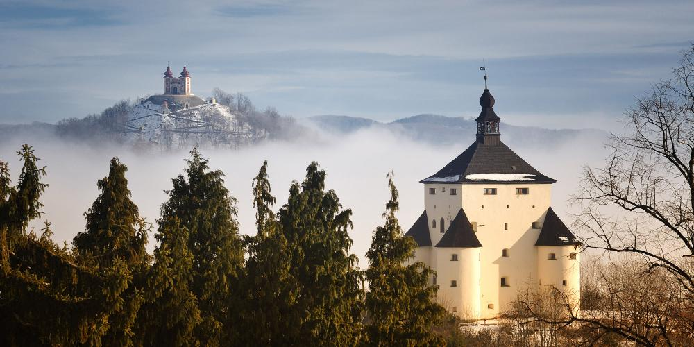Mist and snow surrounds the New Castle and Calvary in Banská Štiavnica. – © Maran Garai / Shutterstock